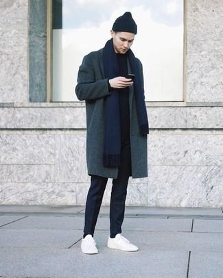 Combinar una bufanda azul marino: Elige un abrigo largo en verde azulado y una bufanda azul marino transmitirán una vibra libre y relajada. Tenis de lona blancos son una opción estupenda para completar este atuendo.