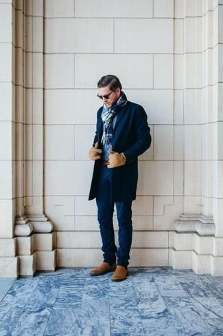 Moda para hombres de 30 años en clima frío: Casa un abrigo largo azul marino junto a un pantalón chino azul marino para crear un estilo informal elegante. Haz botines chelsea de ante marrón claro tu calzado para mostrar tu inteligencia sartorial.