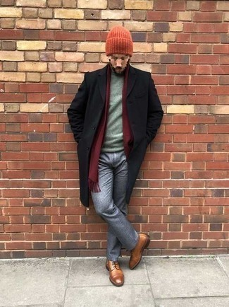Outfits hombres en clima frío: Utiliza un abrigo largo negro y un pantalón chino gris para un lindo look para el trabajo. Botas casual de cuero en tabaco son una opción estupenda para completar este atuendo.