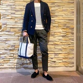 Cómo combinar: mocasín con borlas de ante negro, pantalón chino verde oliva, jersey con cuello circular de rayas horizontales en blanco y azul marino, blazer cruzado azul marino