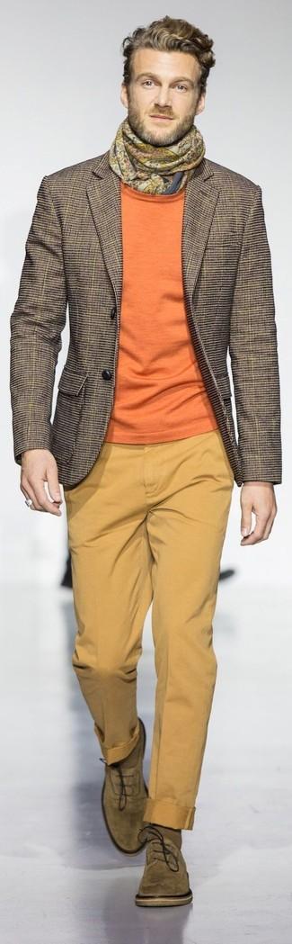 Cómo combinar: zapatos oxford de ante verde oliva, pantalón chino mostaza, jersey con cuello circular naranja, blazer a cuadros marrón