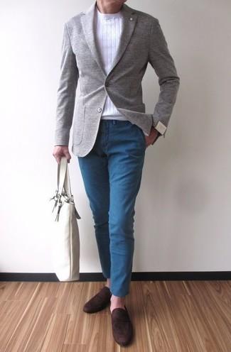 Cómo combinar: mocasín de ante en marrón oscuro, pantalón chino azul, jersey con cuello circular blanco, blazer de lana gris