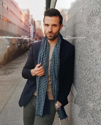 Cómo combinar: bufanda estampada azul marino, pantalón chino verde oscuro, jersey con cuello circular marrón claro, blazer de lana azul marino