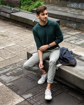 Cómo combinar: tenis de lona blancos, pantalón chino en verde menta, jersey con cuello circular verde oscuro, blazer vaquero azul marino