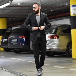 Cómo combinar: tenis de ante grises, pantalón chino negro, jersey con cuello circular gris, blazer negro