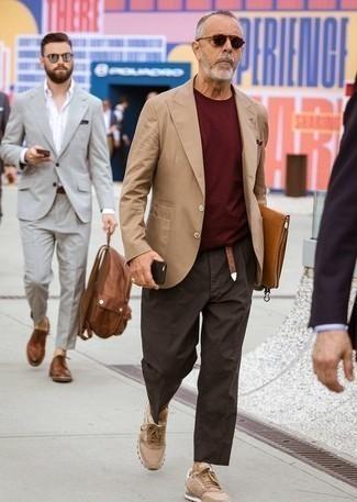 Moda para hombres de 60 años: Elige un blazer marrón claro y un pantalón chino en marrón oscuro para lograr un estilo informal elegante. Si no quieres vestir totalmente formal, opta por un par de tenis marrón claro.
