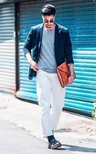 Combinar un jersey con cuello circular celeste: Ponte un jersey con cuello circular celeste y un pantalón chino blanco para una vestimenta cómoda que queda muy bien junta. ¿Te sientes valiente? Haz mocasín de cuero сon flecos negro tu calzado.