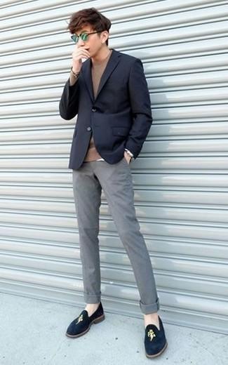 Combinar unas gafas de sol verdes: Empareja un blazer azul marino con unas gafas de sol verdes para un look agradable de fin de semana. Mocasín de terciopelo azul marino añaden la elegancia necesaria ya que, de otra forma, es un look simple.