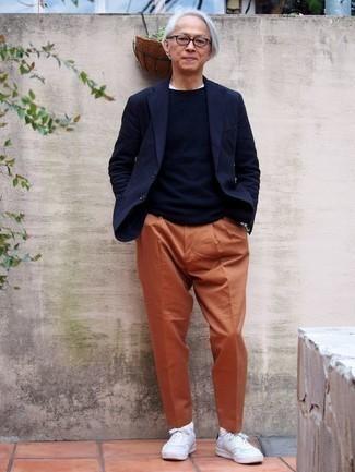 Combinar un jersey con cuello circular azul marino: Ponte un jersey con cuello circular azul marino y un pantalón chino naranja para un almuerzo en domingo con amigos. Tenis de cuero blancos añaden un toque de personalidad al look.