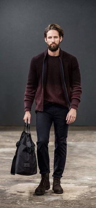 Cómo combinar: botas casual de ante en marrón oscuro, pantalón chino negro, jersey con cuello circular burdeos, cazadora de aviador de punto burdeos