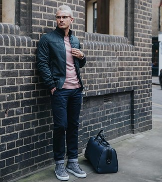 Cómo combinar: zapatillas altas de ante grises, pantalón chino azul marino, jersey con cuello circular rosado, cazadora de aviador de cuero negra