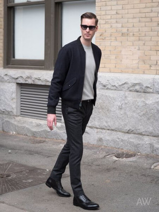 Cómo combinar: botas formales de cuero negras, pantalón chino negro, jersey con cuello circular gris, cazadora de aviador de lana azul marino