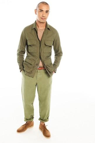 Cómo combinar: botas safari de ante marrón claro, pantalón chino verde oliva, jersey con cuello circular marrón claro, chaqueta campo verde oliva