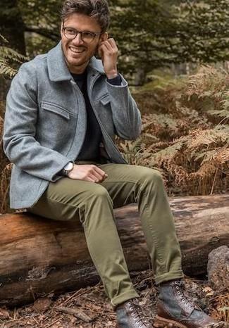 Cómo combinar: botas casual de cuero en marrón oscuro, pantalón chino verde oliva, jersey con cuello circular negro, chaqueta campo de lana gris