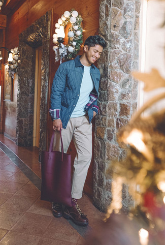 Cómo combinar: zapatos derby de cuero burdeos, pantalón chino en beige, jersey con cuello circular gris, chaqueta con cuello y botones acolchada azul marino