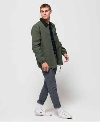 Cómo combinar: tenis de lona blancos, pantalón chino de lana gris, jersey con cuello circular de rayas horizontales azul marino, chaqueta con cuello y botones verde oscuro