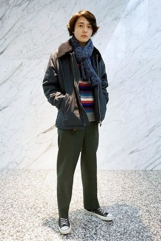 Outfits hombres en otoño 2020: Ponte una chaqueta con cuello y botones en gris oscuro y un pantalón chino verde oscuro para un almuerzo en domingo con amigos. Si no quieres vestir totalmente formal, elige un par de tenis de lona en negro y blanco. Un atuendo genial para llevarlo en días en otoño.