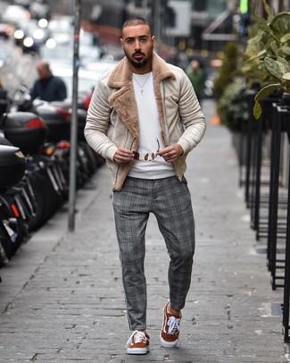 Cómo combinar: tenis de ante en tabaco, pantalón chino de tartán gris, jersey con cuello circular blanco, chaqueta de piel de oveja en beige