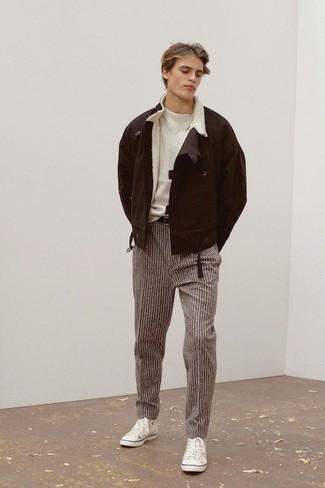 Outfits hombres en clima frío: Empareja una chaqueta de piel de oveja en marrón oscuro con un pantalón chino de rayas verticales marrón para un look diario sin parecer demasiado arreglada. Tenis de lona blancos darán un toque desenfadado al conjunto.