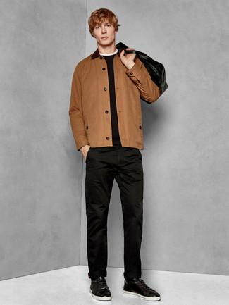 Cómo combinar: tenis de cuero negros, pantalón chino negro, jersey con cuello circular negro, chaqueta estilo camisa marrón