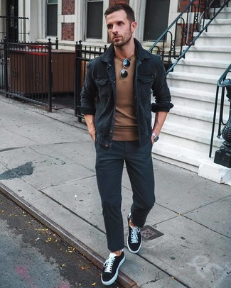 Cómo combinar: tenis de lona en negro y blanco, pantalón chino negro, jersey con cuello circular marrón, chaqueta estilo camisa de pana negra