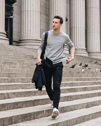 Cómo combinar: tenis grises, pantalón chino negro, jersey con cuello circular gris, chaqueta estilo camisa negra