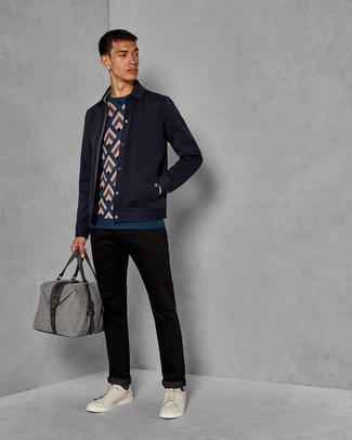 Combinar una chaqueta estilo camisa de lana azul marino: Emparejar una chaqueta estilo camisa de lana azul marino con un pantalón chino negro es una opción excelente para un día en la oficina. Mezcle diferentes estilos con tenis de cuero en beige.