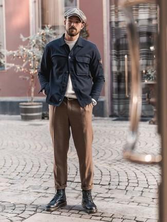 Outfits hombres: Si buscas un look en tendencia pero clásico, elige una chaqueta estilo camisa azul marino y un pantalón chino marrón. Botas casual de cuero negras son una opción atractiva para complementar tu atuendo.