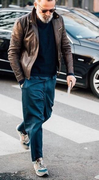 Cómo combinar: deportivas de ante en beige, pantalón chino azul marino, jersey con cuello circular negro, chaqueta motera de cuero marrón