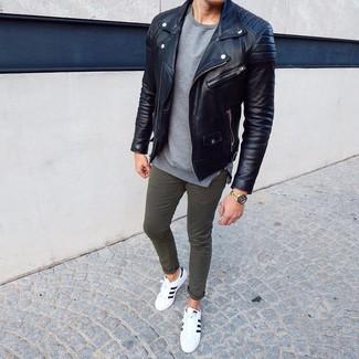 Cómo combinar: tenis de cuero en blanco y negro, pantalón chino verde oliva, jersey con cuello circular gris, chaqueta motera de cuero negra
