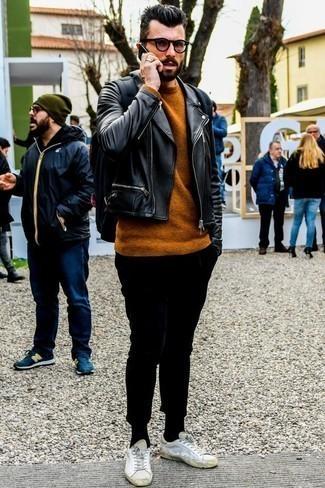 Look de moda: Tenis de cuero blancos, Pantalón chino negro, Jersey con cuello circular en tabaco, Chaqueta motera de cuero negra