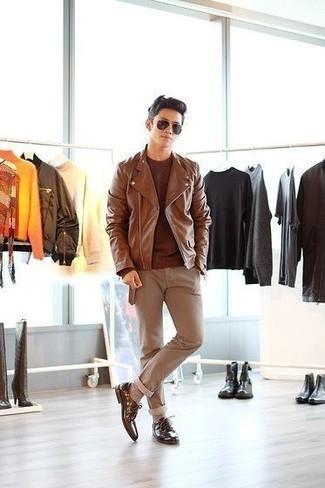 Combinar unos calcetines en beige: Para un atuendo tan cómodo como tu sillón empareja una chaqueta motera de cuero marrón junto a unos calcetines en beige. Con el calzado, sé más clásico y opta por un par de zapatos derby de cuero marrónes.