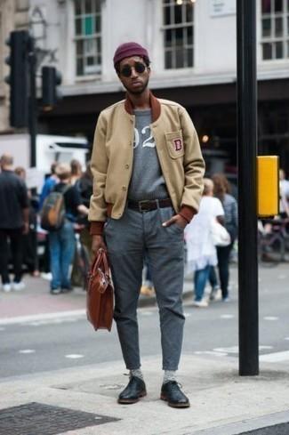 Combinar una chaqueta varsity en beige: Ponte una chaqueta varsity en beige y un pantalón chino gris para lidiar sin esfuerzo con lo que sea que te traiga el día. Con el calzado, sé más clásico y opta por un par de zapatos oxford de cuero negros.