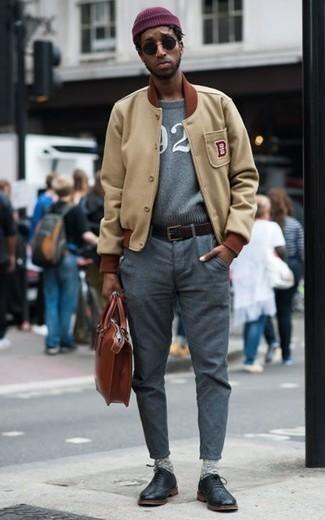 Combinar una chaqueta varsity en beige: Utiliza una chaqueta varsity en beige y un pantalón chino gris para una apariencia fácil de vestir para todos los días. ¿Te sientes valiente? Elige un par de zapatos oxford de cuero negros.
