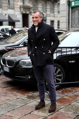 Cómo combinar: zapatos oxford de ante en marrón oscuro, pantalón chino azul marino, jersey con cuello circular blanco, chaquetón negro