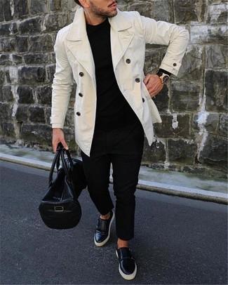 Cómo combinar: zapatillas slip-on de cuero negras, pantalón chino negro, jersey con cuello circular negro, chaquetón blanco