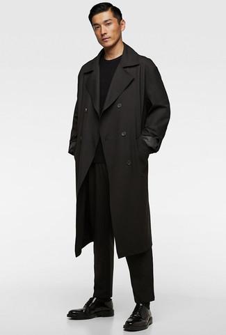Cómo combinar: zapatos derby de cuero negros, pantalón chino negro, jersey con cuello circular negro, gabardina negra