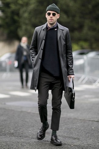 Outfits hombres: Considera emparejar una gabardina de cuero negra con un pantalón chino negro para lograr un look de vestir pero no muy formal. Con el calzado, sé más clásico y usa un par de zapatos derby de cuero negros.