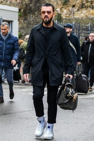 Combinar unas zapatillas altas blancas: Casa una gabardina negra junto a un pantalón chino negro para después del trabajo. ¿Te sientes valiente? Completa tu atuendo con zapatillas altas blancas.