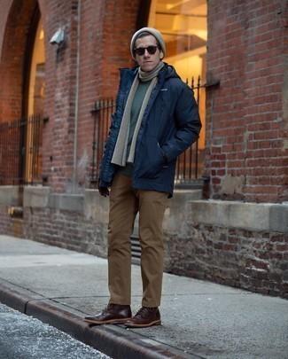 Outfits hombres en invierno 2020: Equípate una parka azul marino con un pantalón chino marrón para un almuerzo en domingo con amigos. Con el calzado, sé más clásico y opta por un par de botas casual de cuero en marrón oscuro. ¿En busca de un look ideal para tus jornadas de invierno? No tiene que buscar más.