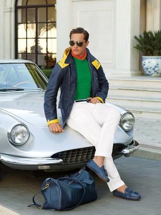 Cómo combinar: mocasín de cuero azul, pantalón chino blanco, jersey con cuello circular verde, parka azul marino