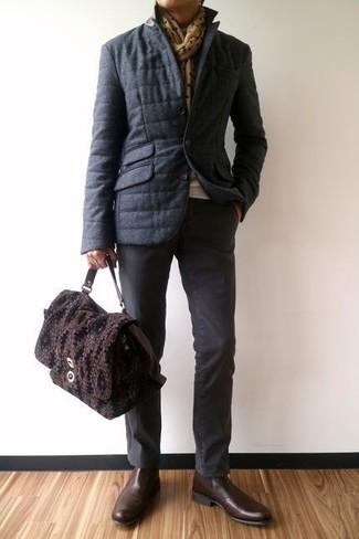 Cómo combinar: botines chelsea de cuero en marrón oscuro, pantalón chino en gris oscuro, jersey con cuello circular en beige, plumífero en gris oscuro