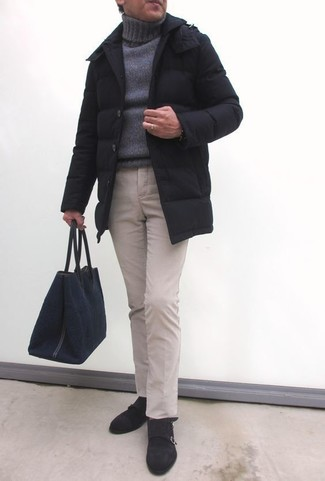 Cómo combinar: zapatos con doble hebilla de ante en marrón oscuro, pantalón chino en beige, jersey de cuello alto de punto gris, abrigo de plumón negro