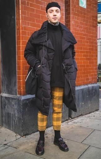 Combinar un abrigo de plumón negro: Haz de un abrigo de plumón negro y un pantalón chino de tartán mostaza tu atuendo para una vestimenta cómoda que queda muy bien junta. Elige un par de mocasín con borlas de cuero morado oscuro para mostrar tu inteligencia sartorial.