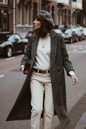 Combinar un pantalón chino: Equípate un abrigo de pata de gallo en negro y blanco con un pantalón chino para lidiar sin esfuerzo con lo que sea que te traiga el día.