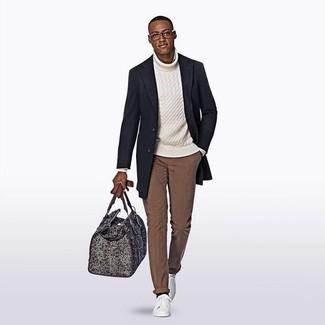 Cómo combinar: tenis de cuero blancos, pantalón chino marrón, jersey de cuello alto de punto blanco, abrigo largo azul marino