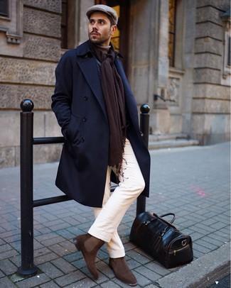 Cómo combinar: botines chelsea de ante marrónes, pantalón chino blanco, jersey de cuello alto marrón claro, abrigo largo azul marino