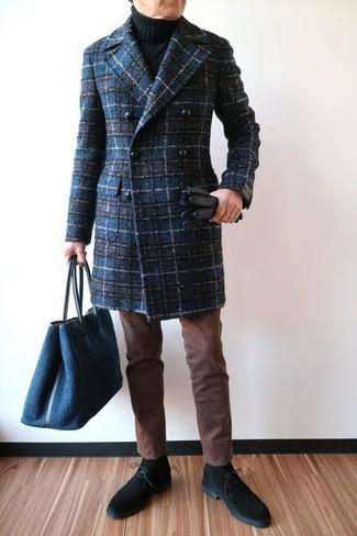 Cómo combinar: botas safari de ante negras, pantalón chino marrón, jersey de cuello alto de punto negro, abrigo largo de tartán azul marino