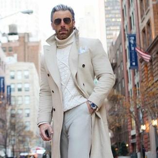 Cómo combinar: pañuelo de bolsillo blanco, pantalón chino en beige, jersey de cuello alto de punto blanco, abrigo largo en beige