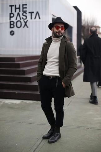 Cómo combinar: zapatos derby de cuero negros, pantalón chino negro, jersey de cuello alto blanco, abrigo largo verde oliva